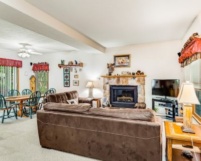 Inviting home near the slopes with air hockey & gas fireplace! - Camelback Mountain Resort