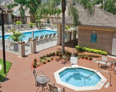 Outdoor Getaway! Comfy Suite Near Parks, Pool - Villas