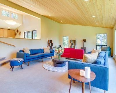 Modern, Spacious Home w/ 2 Gorgeous Decks & Shared Pools/saunas - 2 Dogs OK! - Sea Ranch