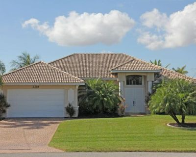 Dream villa in top location on the wide canal & large pool area with jacuzzi - Cape Coral