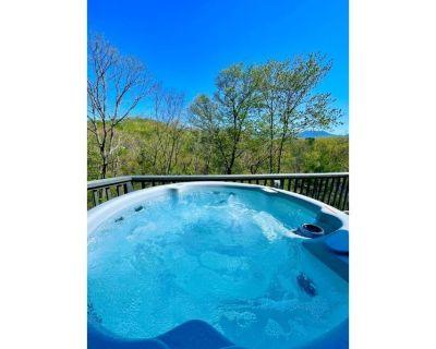 Mountain Views, Hot Tub, 14 mins to DT Sleeps 10 - Asheville