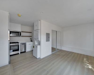 Santa Monica Studio with Full Kitchen & Private Fenced Outdoor Space!