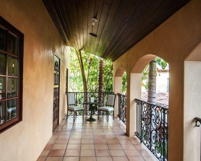 Location, Location, Location!!!! Located In The Heart Of Beverly Hills - The Flats