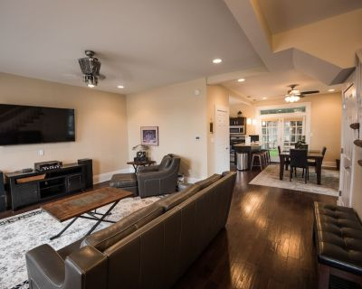 CARRIAGE HOUSE, Downtown Indianapolis Sleeps 4-13, 2 Blks- Lucas 2br/3bath - Babe Denny