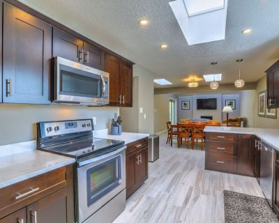 Modern Upscale with Hot Tub - Northeast Heights