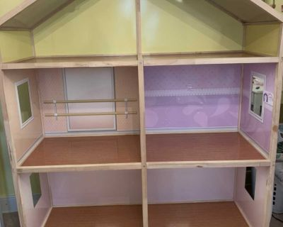 Doll house for 18 dolls