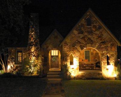 2 Acres-Stone Tudor-Enjoy Nature Near Eagle Mountain Lake 9 miles to FW city lim - Azle