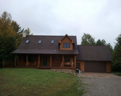 Charming Log House with WIFI Steps Away from Boyne River and enhanched cleaning. - Boyne Falls