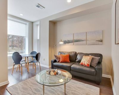 Private Patio! Walk to Convention Center, Metro, groceries, wine bars, beer gard - Shaw