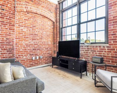Gorgeous Charlestown Studio w/ W/D, Roof Patio, Doorman, by Blueground - Thompson Square - Bunker Hill