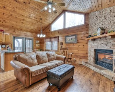 Charming cabin, 2 miles form town, with lovely views, hot tub, and WIFI - Pigeon Forge