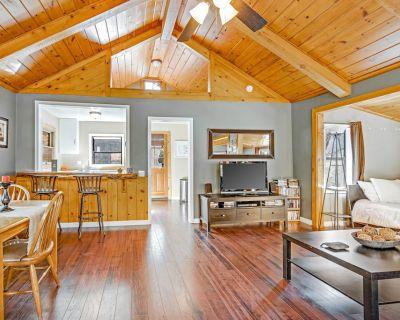 Adorable studio cabin w/ wood stove & full kitchen - walk to town & hiking! - Idyllwild