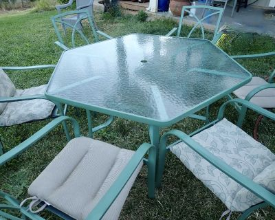 Pretty outdoor table and 6 chairs with cushions
