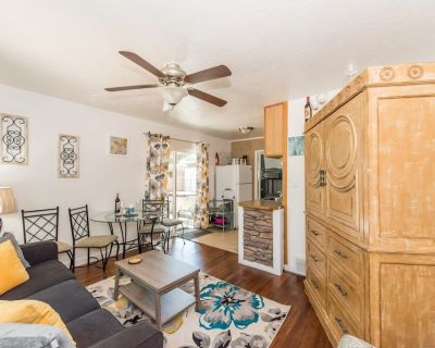 Private court yard with hot tub, fire pit location, new floors/bathroom!* - Old Colorado City