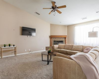 Lavish 5BR Estate in Heart of Yucca Valley - Yucca Valley