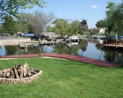 Cute Waterfront Cottage On Long Lake W/ 50 Foot Private Dock & Pier - Long Lake