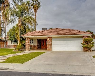 Cozy Hygge Home 3 Bedroom 2 Bath with Pool & 2 King Beds - Bakersfield