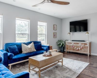 Lounge on Blue Velvet Couches at a Charming Hideaway - Winter Park