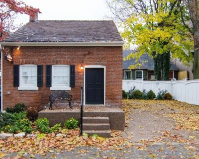 1830's Luxury Brick Cottage, Cozy Fireplace, right off the Cobblestone Streets! - St. Charles Historic District
