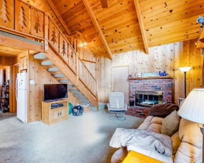 Beautiful cabin w/ large deck, gas grill & wood-burning fireplace - dogs welcome - Big Bear City