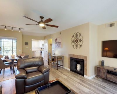 Newly Remodeled Executive Condo w/ Full Kitchen, Pools, hot Tub, & Golf Onsite! - Catalina Foothills