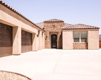 Single Family 5 BR / 3 BA Home, SpaciousCovered Patios, Jacuzzi Under the Stars! - Yucca Valley