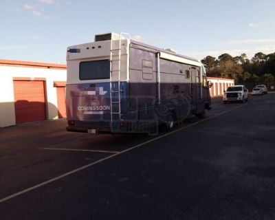 Astounding 34' Ford Mobile Beauty Salon with Bathroom / Used Salon & Spa Truck
