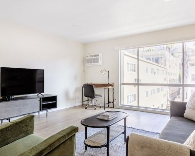 Deluxe Hollywood 1BR w/ Pool, walk to metro & restaurants, by Blueground - Hollywood