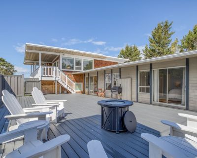 Panoramic Ocean Views, Private Patio w/ Fire Table, TV Room, Modern Updates. - Gearhart