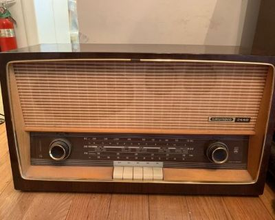 Quinn's Auction Galleries | Alexandria VA - In Home Vintage Radios Auction