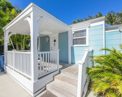 Wonderful location one house back from the beach. Sleeps 6. Private pool. - Holmes Beach