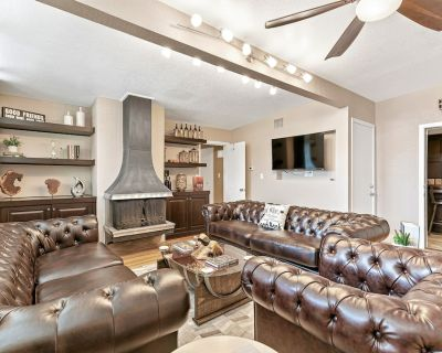 Luxury Downtown Home w/Pool, Hot-Tub, Grill, Cinema Room, and Outdoor Bar! - Fredericksburg