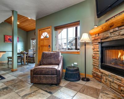 5 Min to SKI -Pvt Hot Tub, Fireplace, Clubhouse, Garage Parking, King Bed - Bear Hollow Village
