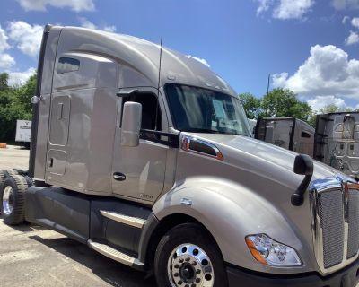 2017 KENWORTH T680 Day Cab Trucks Truck