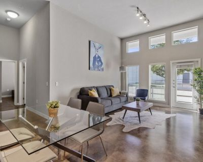 12ft Ceilings   King Bed   Luxury Apartment - Fort Worth Cultural District