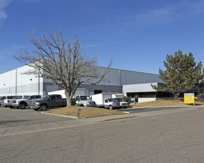 50,050 SF Free-Standing O ce Warehouse With Yard