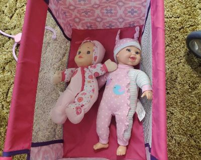 Play pen with 2 dolls