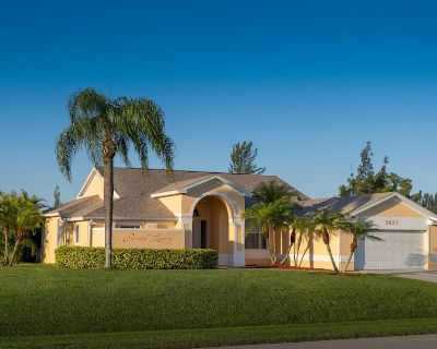 Perfect home on the canal, Terrace, pool, south facing, WiFi, SW Cape Coral - Pelican
