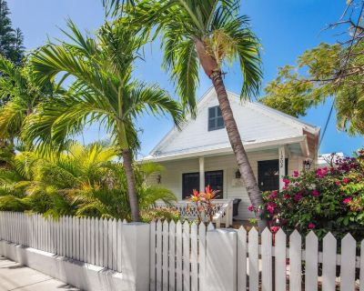 Garden of Roses // Pet-friendly, Private Parking and steps from the Southernmost - Bahama Village