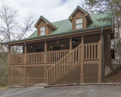 Private - .5 miles to Parkway - King Beds - Free WIFI - 2 Fireplaces - Pigeon Forge