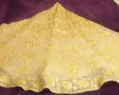 """Round gold table cloth 70"""" with six (6) napkins"""