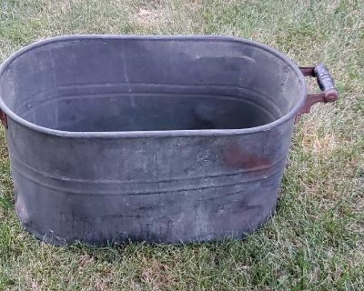 Large Vintage Copper Bucket - would make a great planter or could easily be cleaned up to be shiny and new