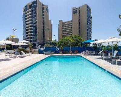 Santa Monica Adjacent. Spectacular Executive 2 bedroom Condo. Views, Pool & Gym - Marina del Rey