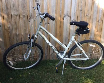 GIANT Sedona DX 19 Ladies Multi-Speed Bicycle w/kickstand, water bottle cage & upgraded seat & pouch