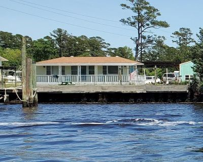 Wi-fi, water access, free ramp and fishing pier use and room to park your boat. - Beaufort