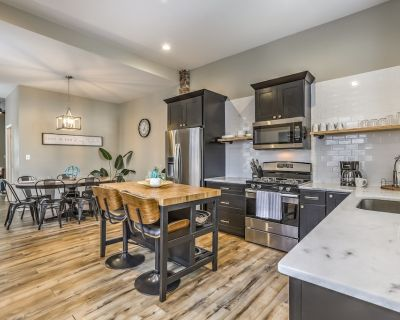 Designer Townhome 2 of 2 RIGHT Side by JZ Vacation Rentals - Benton Park
