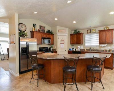 Luxury Executive Duplex Main Level * Huge Master * Large Kitchen * Fireplace - West Valley City