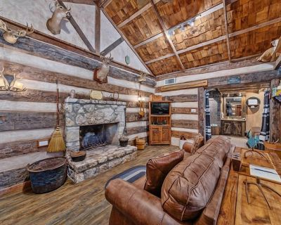Grist Mill Log Cabin   King Bed   Cozy and Quaint - Fredericksburg