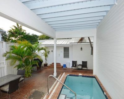Studio condo w/ shared courtyard & pool - walk to everything - dogs welcome! - Historic Seaport