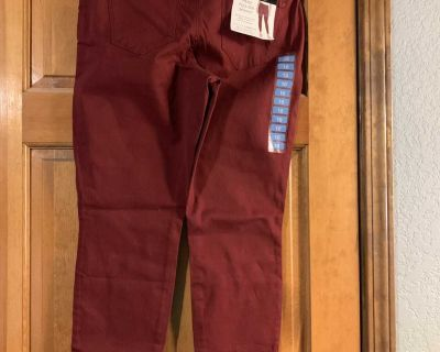 Size 10 Nine West pull on skinny jeans.